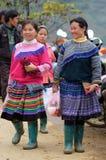 De niet geïdentificeerde vrouwen bij kunnen Cau op de markt brengen, Simacai-Stad, Lao Cai, Vietnam Stock Afbeelding