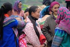 De niet geïdentificeerde vrouwen bij kunnen Cau op de markt brengen, Simacai-Stad, Lao Cai, Vietnam Royalty-vrije Stock Afbeelding