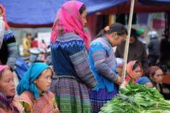 De niet geïdentificeerde vrouwen bij kunnen Cau op de markt brengen, Simacai-Stad, Lao Cai, Vietnam Royalty-vrije Stock Fotografie