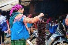 De niet geïdentificeerde vrouwen bij kunnen Cau op de markt brengen, Simacai-Stad, Lao Cai, Vietnam Royalty-vrije Stock Foto's