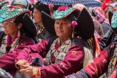 De niet geïdentificeerde Zanskari-vrouwen die etnisch traditioneel Ladakhi-hoofddeksel met turkooise stenen dragen riepen Perakh  stock afbeelding