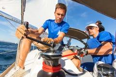 De niet geïdentificeerde zeelieden nemen aan het varen regatta deel Stock Afbeelding