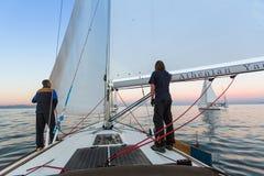 De niet geïdentificeerde zeelieden nemen aan het varen regatta deel Royalty-vrije Stock Foto's