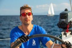 De niet geïdentificeerde zeelieden nemen aan het varen regatta twaalfde Ellada deel Royalty-vrije Stock Foto's
