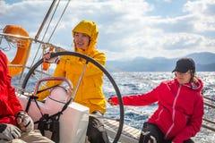 De niet geïdentificeerde zeelieden nemen aan het varen regatta twaalfde Ellada deel Stock Afbeeldingen