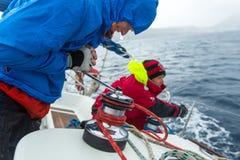 De niet geïdentificeerde zeelieden nemen aan het varen regatta twaalfde Ellada herfst-2014 op Egeïsche Overzees deel Royalty-vrije Stock Foto's