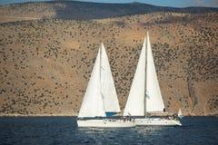 De niet geïdentificeerde zeilboten nemen aan het varen regatta deel Royalty-vrije Stock Foto's