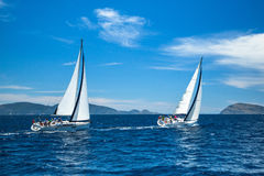 De niet geïdentificeerde zeilboten nemen aan het varen regatta twaalfde Ellada deel Royalty-vrije Stock Afbeeldingen