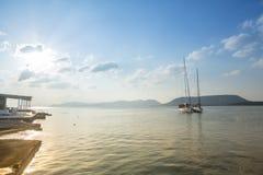 De niet geïdentificeerde zeilboten nemen aan het varen regatta twaalfde Ellada deel Stock Foto's