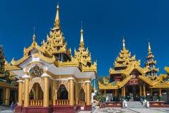 De niet gedefiniëerde Boeddhistische optocht aanbidt rond Shwedagon bij Pagode Stock Fotografie