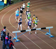 De niet geïdentificeerde jongens stellen de race van de 2.000 m.steeplechase in werking Royalty-vrije Stock Foto