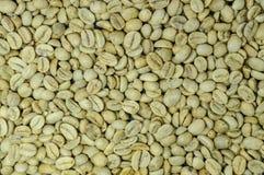 De niet geroosterde achtergrond van koffiebonen, hoogste mening Stock Afbeelding