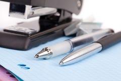 De nietmachine en de pen van het bureau Stock Afbeelding