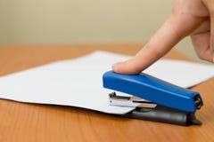 De nietmachine van het document stock afbeeldingen