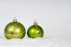 De nieuwe achtergrond van jaarkerstmis - groene ballen Royalty-vrije Stock Foto's
