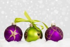 De nieuwe achtergrond van jaarkerstmis - violette groene ballen Stock Foto's