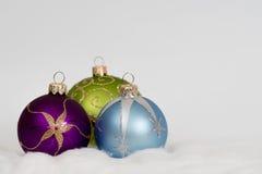De nieuwe achtergrond van jaarkerstmis - violette groene en blauwe ballen Royalty-vrije Stock Foto's
