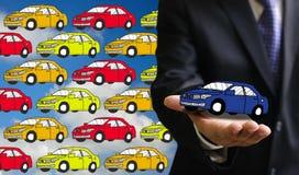 De nieuwe auto van de zakenmanaanbieding Stock Afbeeldingen