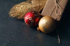 De nieuwe ballen van het jaarglas op donkere backround met giften Stock Fotografie