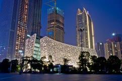De Nieuwe Bibliotheek van Guangzhou bij nacht stock afbeelding