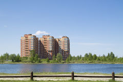 De nieuwe bouw dichtbij het meer Stock Afbeelding