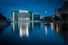 De Nieuwe Bouw van de Nationale Bibliotheek van Boekarest op volle maan Stock Foto