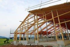 De nieuwe bouw van een houthuis met dakkader Royalty-vrije Stock Afbeelding
