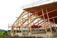 De nieuwe bouw van een houthuis met dakkader Stock Afbeeldingen