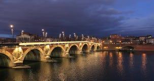 De Nieuwe Brug van Pontneuf over de rivier van Garonne in Toulouse, Frankrijk stock videobeelden