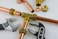 De nieuwe buisleidingen van het loodgieterswerkkoper klaar voor bouw Royalty-vrije Stock Afbeeldingen
