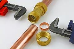 De nieuwe buisleidingen van het loodgieterswerkkoper klaar voor bouw Stock Foto