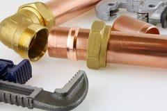 De nieuwe buisleidingen van het loodgieterswerkkoper klaar voor bouw Stock Afbeelding