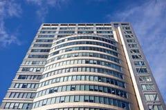 De nieuwe bureaubouw op blauwe hemelachtergrond Royalty-vrije Stock Afbeelding