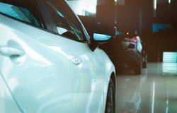 De nieuwe compacte die auto van luxe glanzende SUV in moderne toonzaal wordt geparkeerd Het bureau van het autohandel drijven Aut royalty-vrije stock foto's