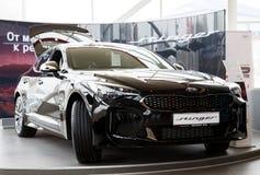 De nieuwe die auto van Kia Stinger van 2018 in de toonzaal van autocentrum wordt voorgesteld Stock Afbeelding