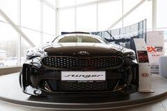De nieuwe die auto van Kia Stinger van 2018 in de toonzaal van autocentrum wordt voorgesteld Royalty-vrije Stock Afbeeldingen
