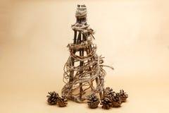 De nieuwe die hand van de jaarboom - in ecostijl wordt gemaakt met pinecones Royalty-vrije Stock Foto