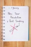 De nieuwe die jarenresoluties in notitieboekje worden geschreven, houden met op rokend Stock Afbeeldingen