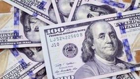 De nieuwe dollarrekeningen worden geplaatst op een roterende lijst stock footage