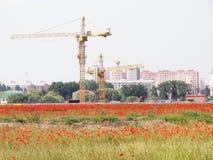 De nieuwe gebouwen, de stad neemt ruimte in het wild Stock Afbeelding