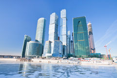 De nieuwe gebouwen van de Stad van Moskou in de winter stock fotografie