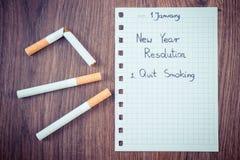 De nieuwe geschreven jarenresoluties over blad van document, houden met op rokend, wereld geen tabaksdag Royalty-vrije Stock Afbeelding