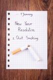 De nieuwe geschreven jarenresoluties over blad van document, houden met op rokend, wereld geen tabaksdag Royalty-vrije Stock Foto
