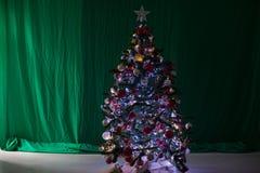 De nieuwe giften van het Kerstmisdecor van de jaarboom Stock Foto