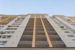 De nieuwe hoge bouw van het stijgingsblok met airconditioners op voorgevel Moderne flatsstijl royalty-vrije stock afbeelding