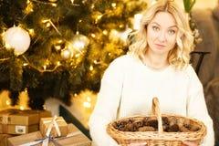 De nieuwe jaarviering De viering van een Mooie verfraaide ruimte met Kerstboom met giften onder het Stock Afbeelding