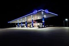 De nieuwe Jaeger-benzinepost in 's nachts marienheide-Kalsbach Stock Afbeeldingen