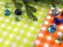 De nieuwe kaart van de jaarvakantie, geplaatste Kerstmisspar en stenen Stock Fotografie