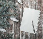 De nieuwe kaart van de jaar` s groet op oude houten achtergrond met ruimte waar u een bericht voor Kerstman kunt verlaten Stock Foto's