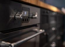 De nieuwe keuken heeft een ingebouwde oven royalty-vrije stock foto's